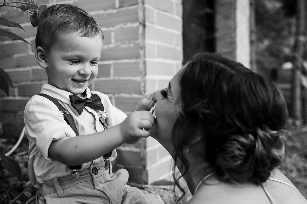 Syn zkouší mámě svítící kroužek na svatbě.