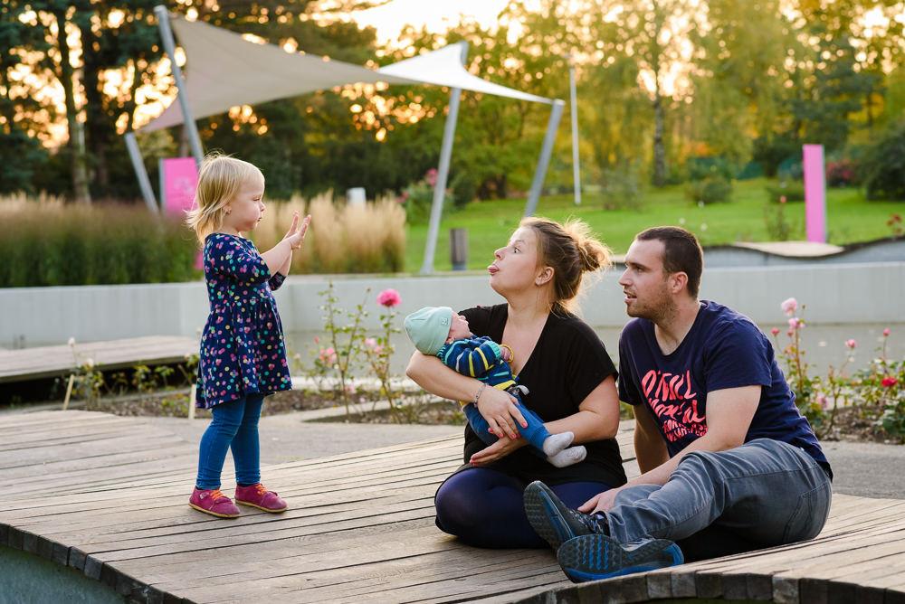 Máma vyplazuje jazyk na dceru při rodinném focení v Olomouci.