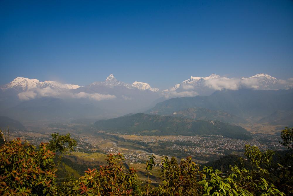 Annapurny se tyčí na obloze při výhledu z kopce Sarangkot u Pokhary.