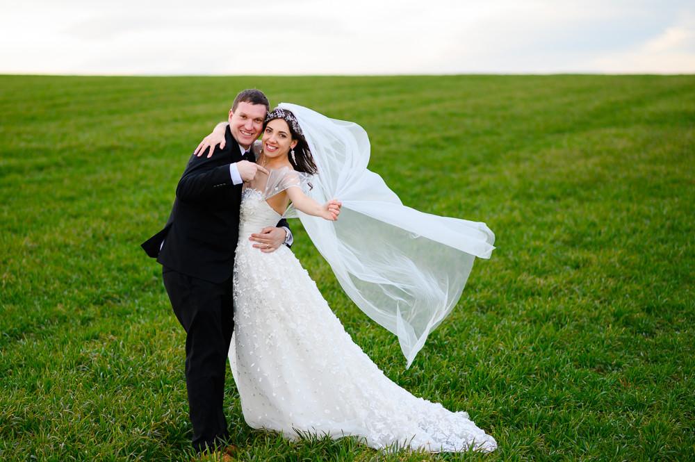 Svatební focení na poli ve větru.
