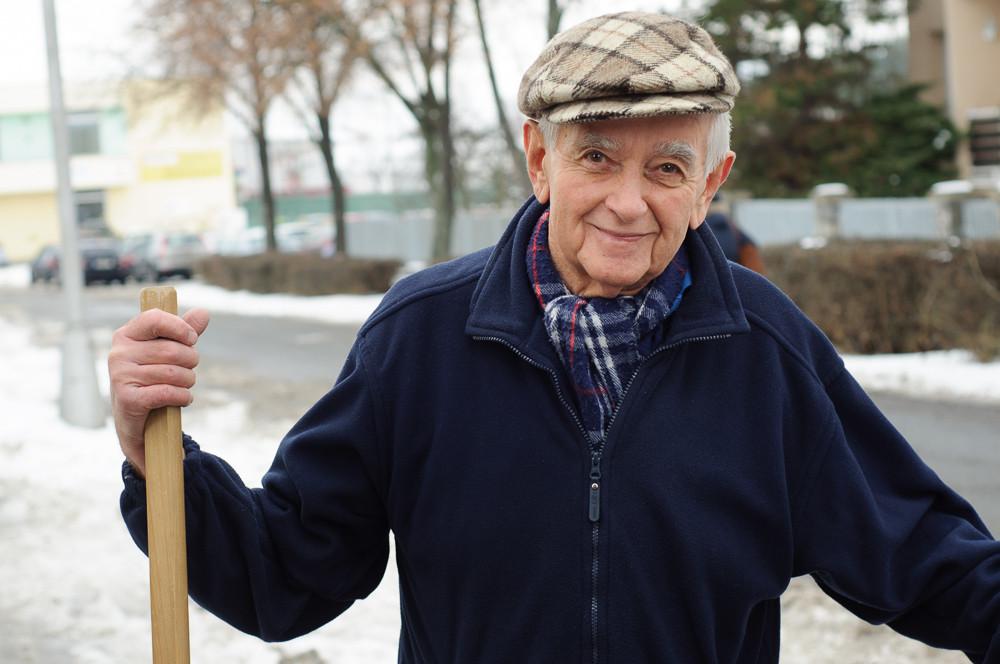 Pan Oldřich při odklízení sněhu mluví o svém životě pro projekt Humans of Olomouc.