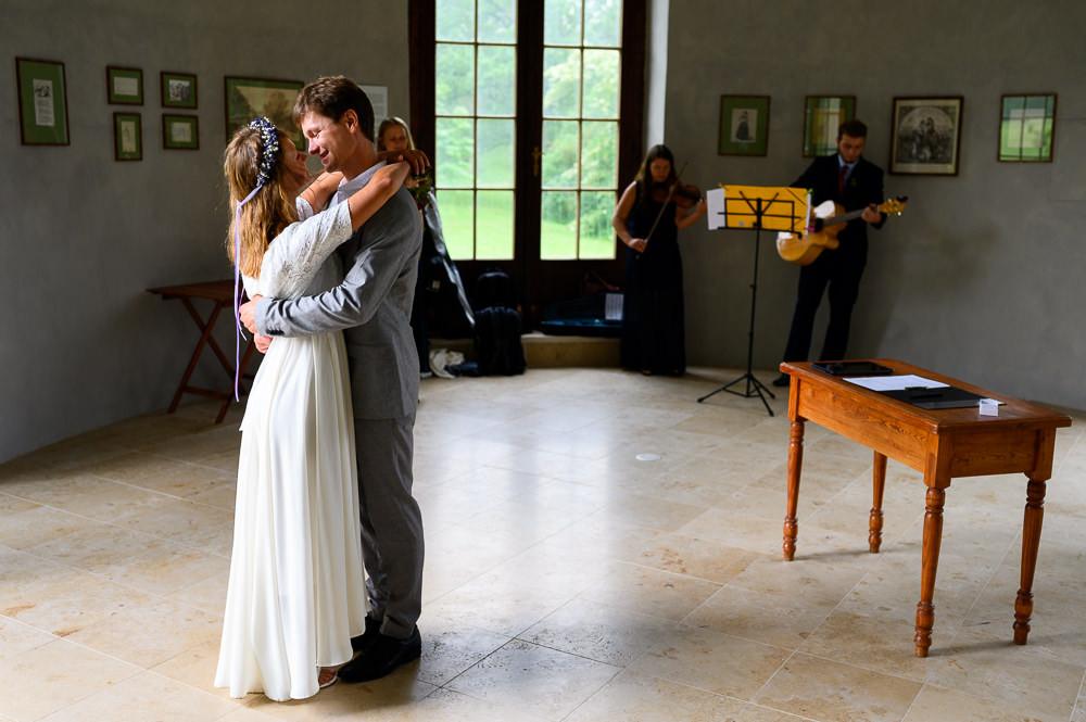 Novomanželé v objetí poté, co si řekli ano v při intimním obřadu pouze se svědky.