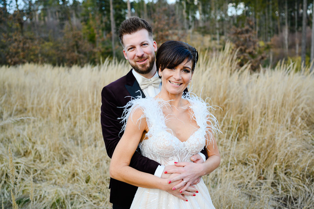 Momentka ženicha a nevěsty v objetí.