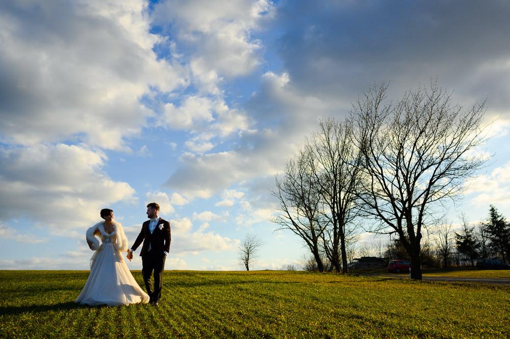 Novomanželé při západu slunce na poli na Kopečku.