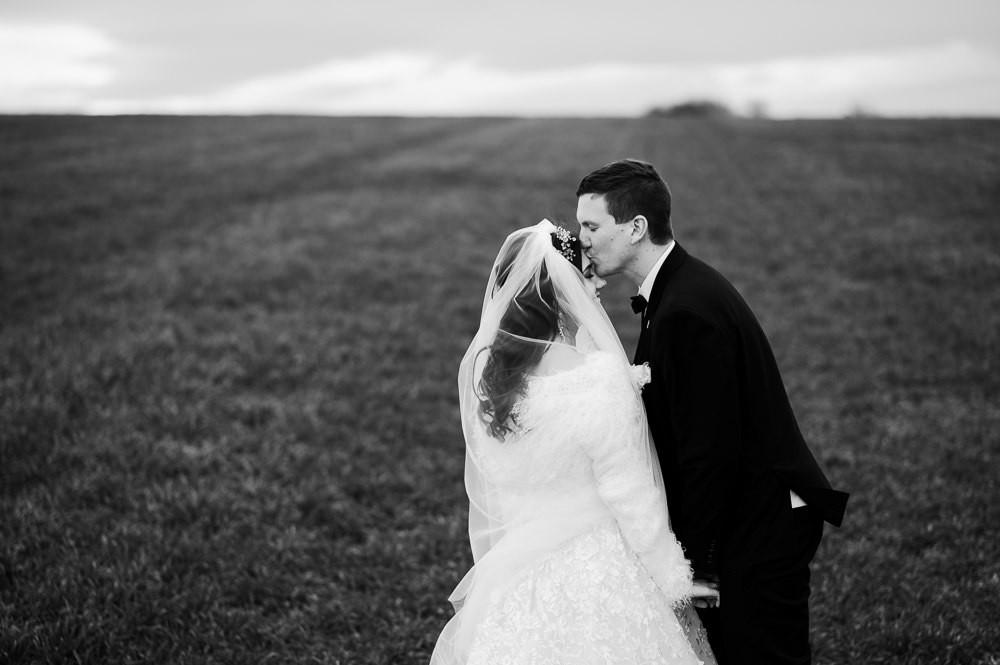 Zimní svatební focení U Olomouce. Zimni svatba, zimni svatba inspirace, zimni svatebni saty, inspirace zimni svatebni saty, zimni svatebni kozich, svatebni foceni louka, svatba v zime, misto na svatbu olomoucky kraj, svatebni fotograf olomouc, olomouc, svatba olomouc, tipy misto na svatbu olomouc, zimni svatebni kabat, zimni svatebni prehoz, zimni svatebni obleceni, svatebni zavoj, cernobile svatebni fotky, cernobila svatebni fotografie, cb fotografie, svatebni portret, zimni foceni inspirace