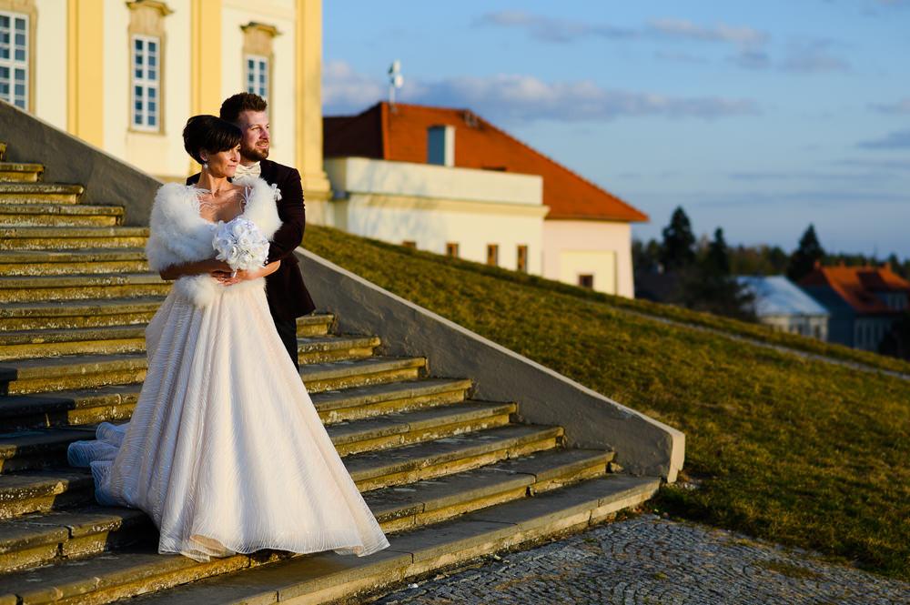 Zimní svatební focení na Svatém Kopečku v Olomouci. Zimni svatba, zimni svatba inspirace, zimni svatebni saty, inspirace zimni svatebni saty, zimni svatebni kytice, svatebni foceni zapad slunce, svatba v zime, misto na svatbu olomoucky kraj, svatebni fotograf olomouc, olomouc, svaty kopecek, bazilika olomouc, tipy na vylet olomouc a okoli, svatba olomouc, tipy misto na svatbu olomouc, svatebni kabat, zimni svatebni prehoz, zimni svatebni obleceni, umela svatebni kytice, bila svatebni kytice