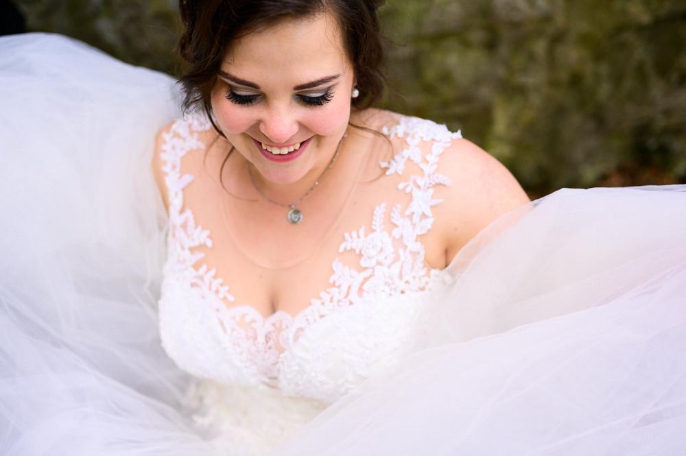 Portrét nevěsty ve svatebních šatech s více vrstvy.