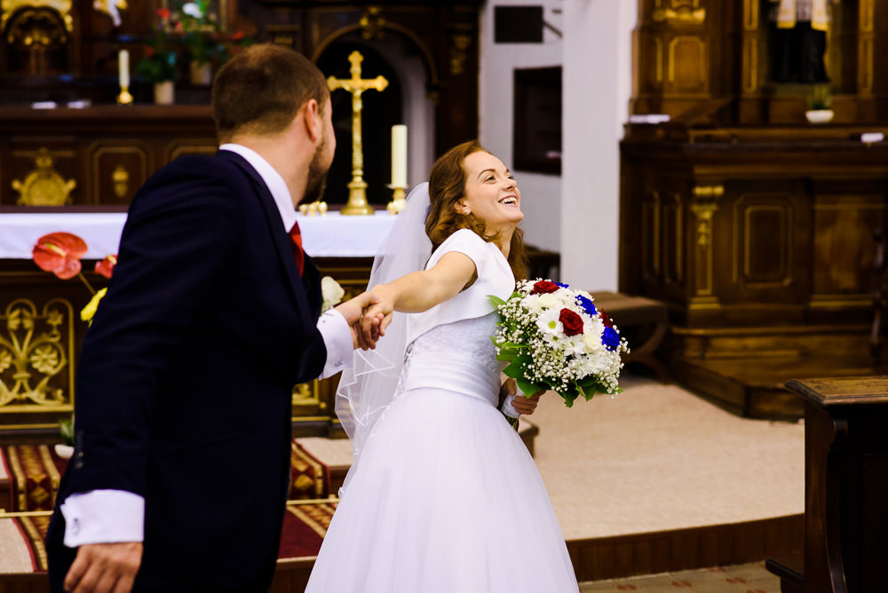 Nevěsta s ženichem se baví při focení v klášteře kapucínů v Olomouci.