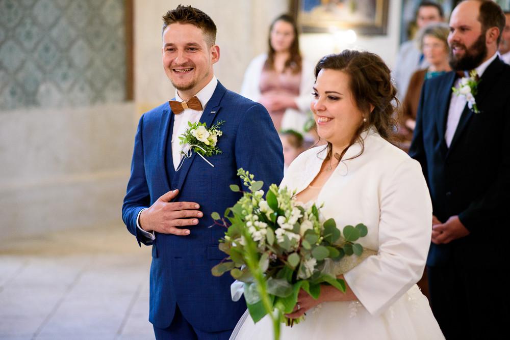 Portrét ženicha a nevěsty s úsměvem na rtech poté, co byli prohlášeni za manžele.