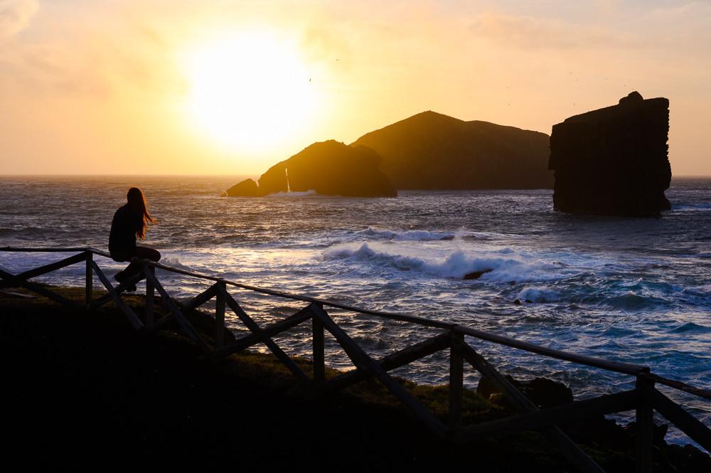 Západ slunce na pláži Mosteiros na ostrově Sao Miguel na Azorských ostrovech.