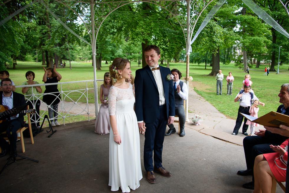 Novomanželé při obřadu na skautské základně v Hostinné