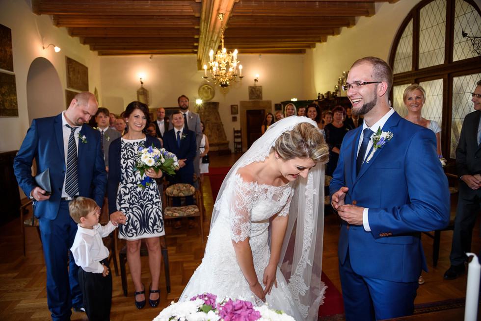 Ženich a nevěsta při předávání prstýnků při obřadu v rytířském sálu na hradě Šternberk