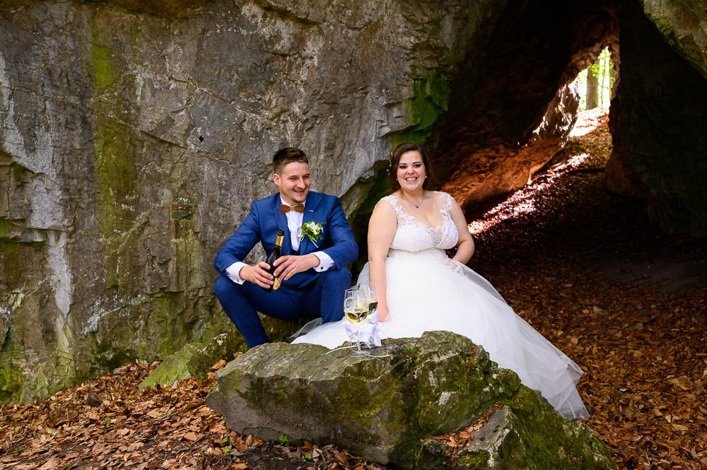 Přípitek novomanželů v jeskyni.