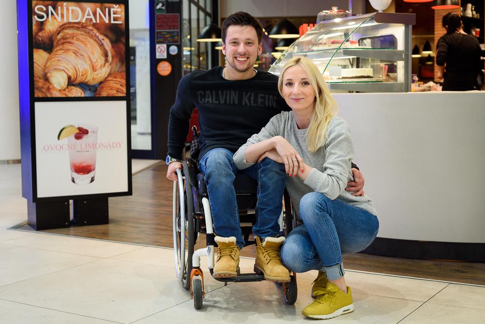 Kluk na vozíčku s přítelkyní mluví o jejich životě a bouraní předsudků.