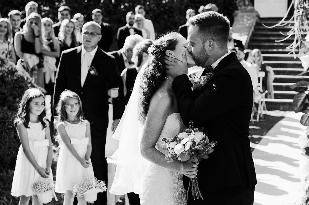 První polibek novomanželů při obřadu v zámeckém parku v Náměšti na Hané.