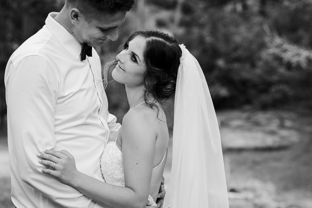 Portrét novomanželů při svatebním focení.