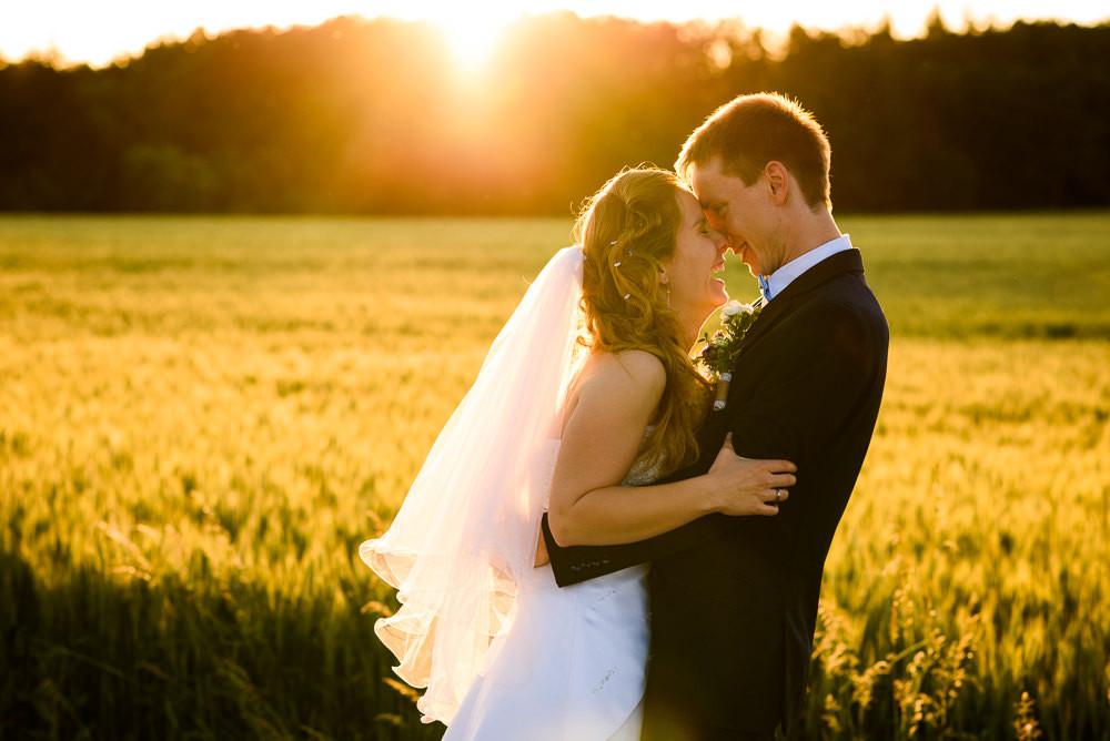 Místo na svatbu, cechy pod kosířem svatba, vilemov svatba, letní svatba. Letní svatba, letní svatba inspirace, svatebni fotograf vilemov, svatebni fotograf, misto na svatbu olomouc okoli, kde se vzit v okoli olomouce, svatba v olomouci, svatebni misto olomoucky kraj, fotograf na svatbu, prirozene svatebni fotografie, momentky svatebni foceni, nestrojene svatebni fotky, foceni za zapadu slunce, svatebni foceni zapad slunce, zapad slunce romanticke foceni, romantika zapad slunce, romanticke fotky