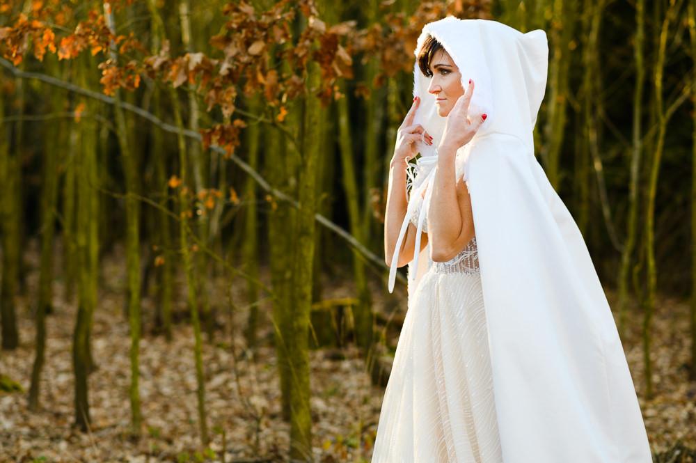 Portrét nevěsty v zimním kabátku.