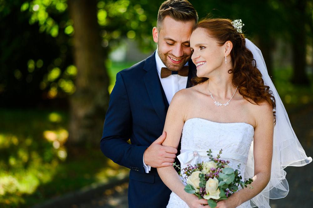 Portrét ženicha a nevěsty při venkovním svatebním focení.