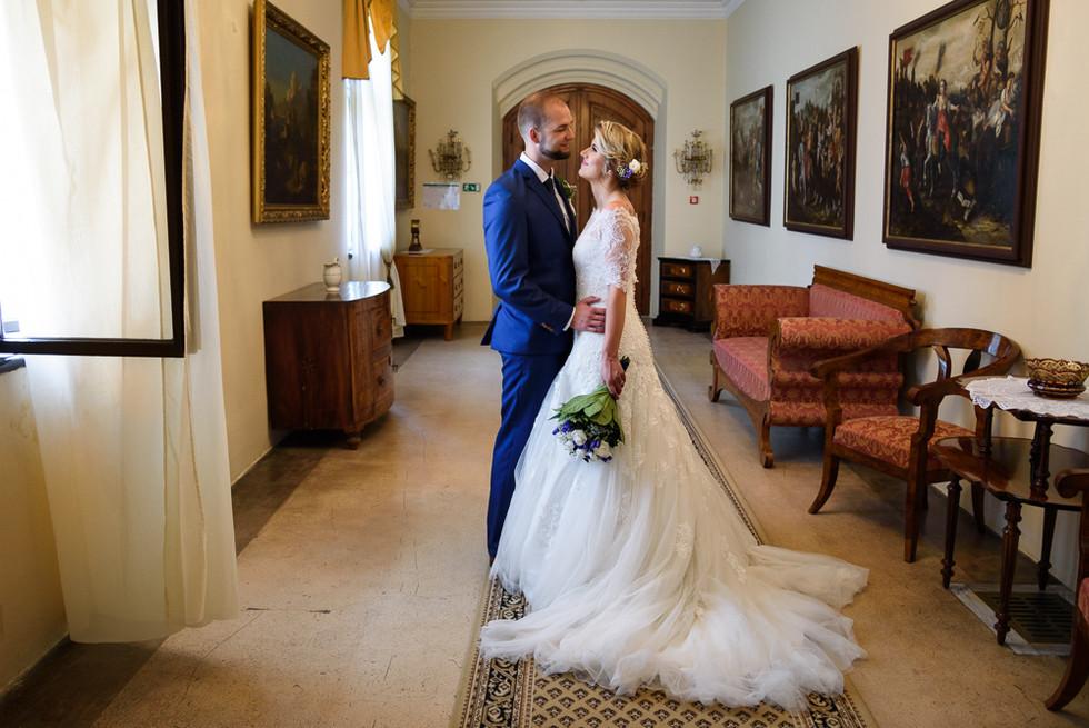 Novomanželé v objetí na hradě Šternberk