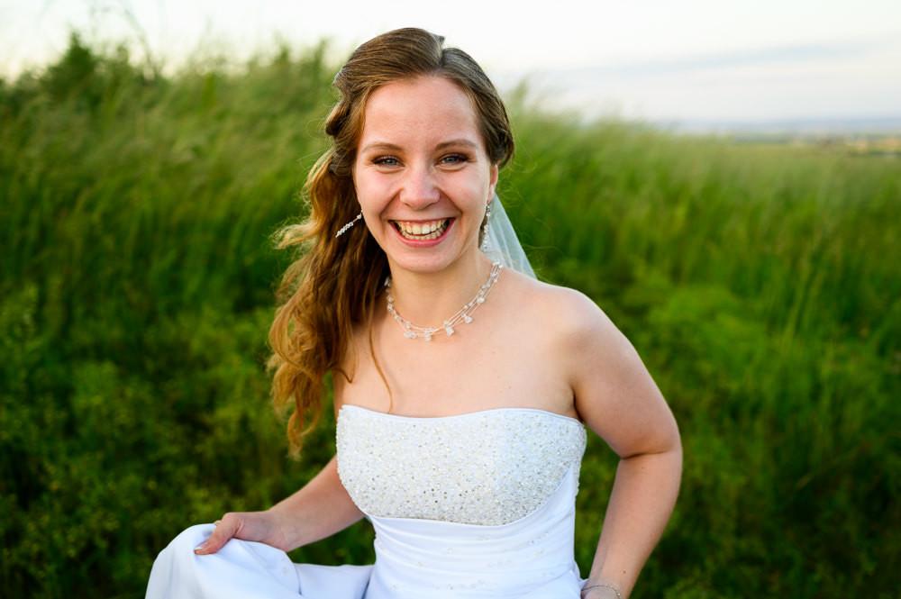 Nevěsta s úsměvem na rtech po svatebním focení.