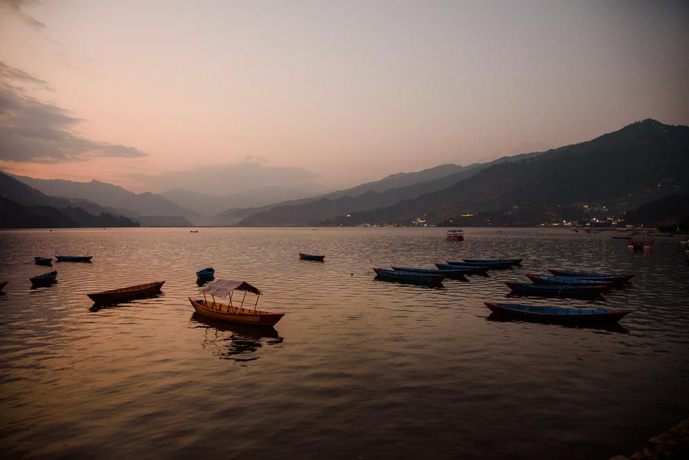Jezero Phewa při východu slunce, Pokhara.