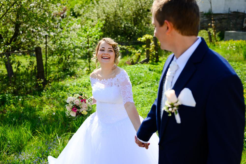 Portrét nevěsty a ženicha z jarní svatby.