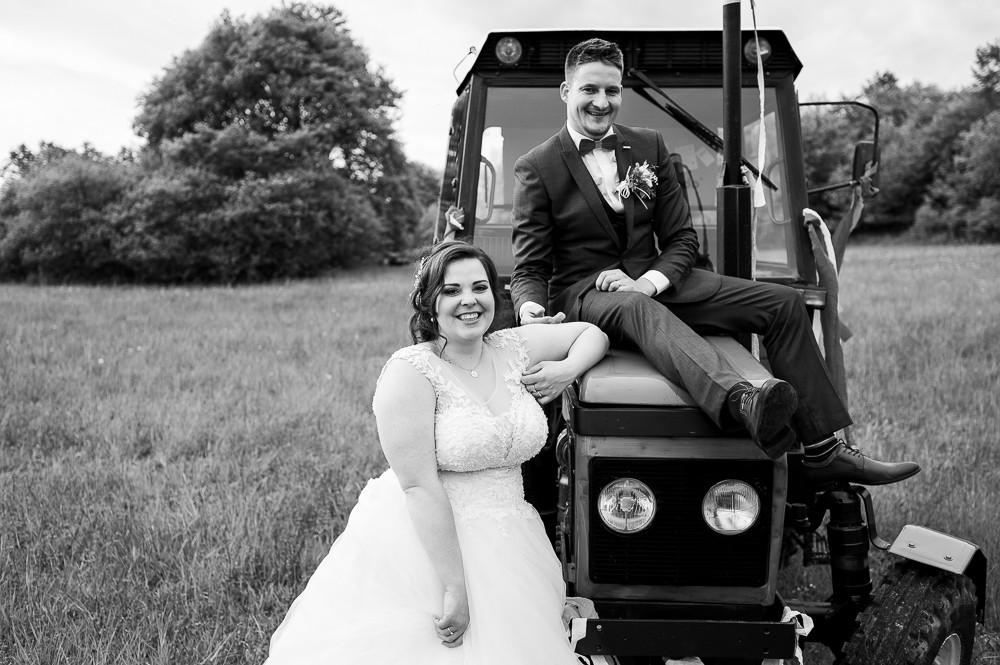Portrét novomanželů - polem nepolem, cestou necestou, jedu za tebou, velkým malotraktorem... pojď si mě vyfotit, jak tam na traktoru jsem, jak jsem roztřesen.