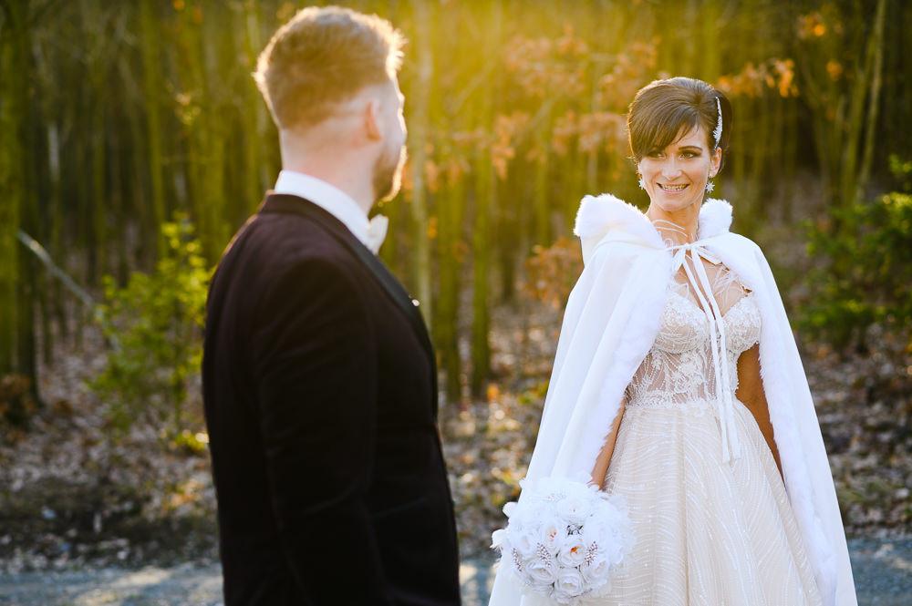 Zimní nevěsta se dívá na svého muže.
