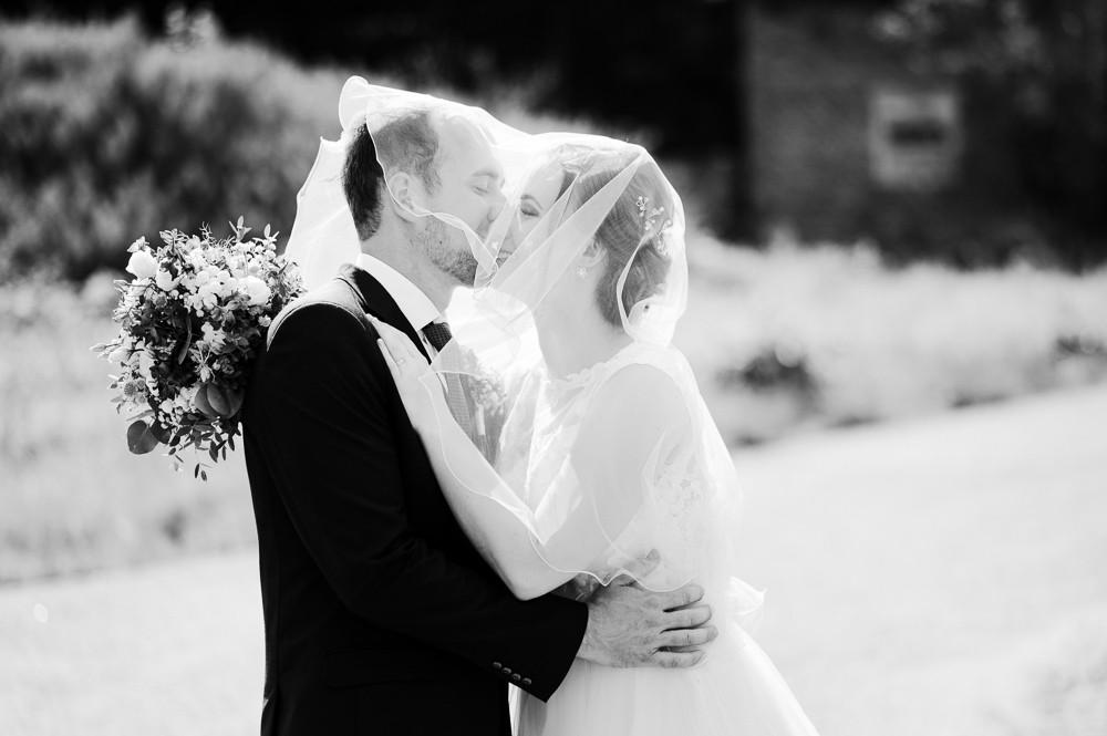 Místo na svatbu, stepanov svatba, letní svatba. Letní svatba, letní svatba inspirace, svatebni fotograf Olomouc, svatebni fotograf, misto na svatbu olomouc a okoli, kde se vzit v okoli olomouce, olomocky kraj svatebni fotograf, svatba v olomouci, svatebni misto olomoucky kraj, fotograf na svatbu, svatebni zavoj, foceni se zavojem, zavoj, zavoj foceni inspirace, fotky pod zavojem, cernobile svatebni fotografie, prirozene svatebni fotografie, momentky svatebni foceni, nestrojene svatebni fotky