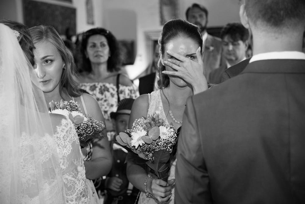 Sestra ženicha dojatá při blahopřání novomanželů