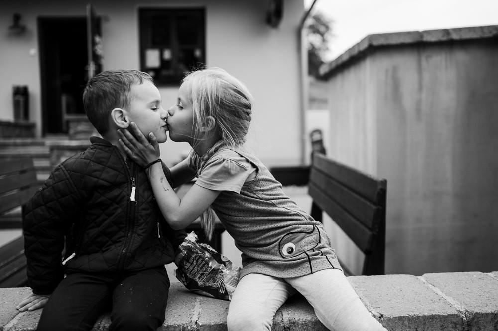 První polibek mezi dětmi na svatbě rodičů jednoho z nich.