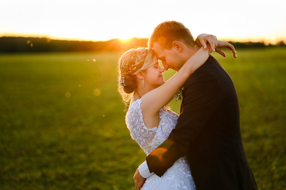 Místo na svatbu, uhlirov svatba, dolni zivotice svatba, letní svatba. Letní svatba, letní svatba inspirace, svatebni fotograf Olomouc, svatebni fotograf, misto na svatbu olomouc a okoli, kde se vzit v okoli olomouce, svatba v olomouci, svatebni misto olomoucky kraj, fotograf na svatbu, prirozene svatebni fotografie, momentky svatebni foceni, nestrojene svatebni fotky, foceni za zapadu slunce, svatebni foceni zapad slunce, zapad slunce romanticke foceni, romantika zapad slunce, romanticke fotky
