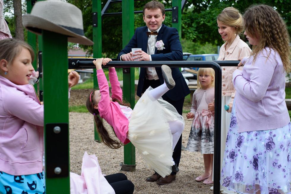Novomanželé s dětmi na hřišti na skautské základně v Hostinné