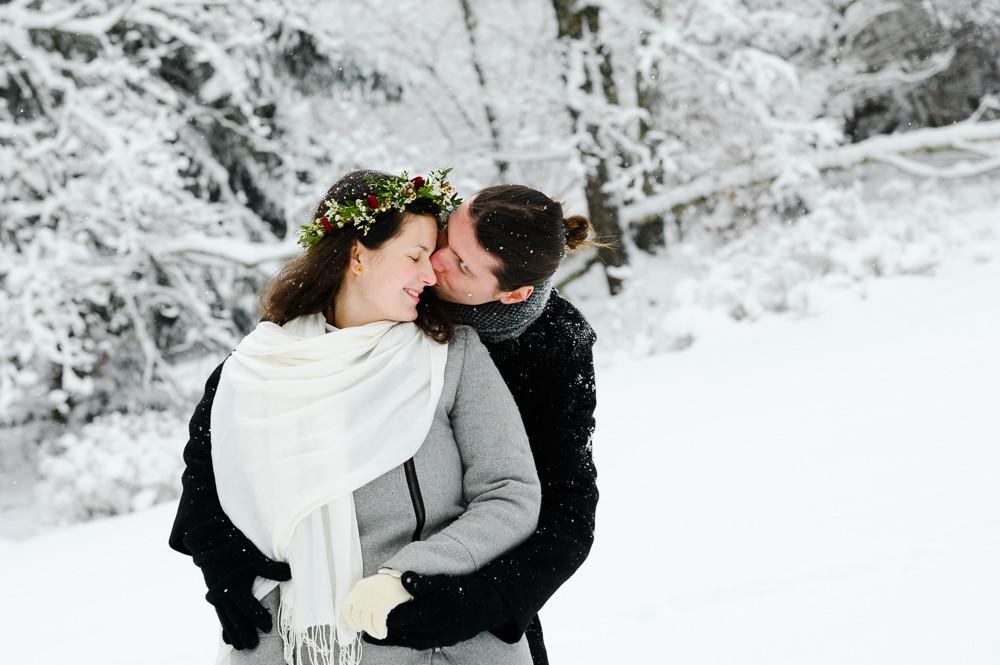Zimni svatba Beskydy. Zimni svatba, zimni svatba inspirace, zimni svatebni saty, inspirace zimni svatebni saty, svatebni foceni louka, Beskydy svatebni foceni, obrad na horach, svatba v zime, misto na svatbu hory, olomouc, svatba olomouc, tipy misto na svatbu, zimni svatebni obleceni, svatebni portret, zimni foceni inspirace, svatebni venecek, zimni nevesta, svatba na snehu, snih svatba, bila svatba, portret nevesta, svatebni foceni snih, zimni svatebni foceni, zimni portret, zima svatba pozy