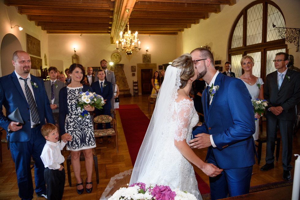 První polibek novomanželů v rytířském sálu na hradě Šternberk
