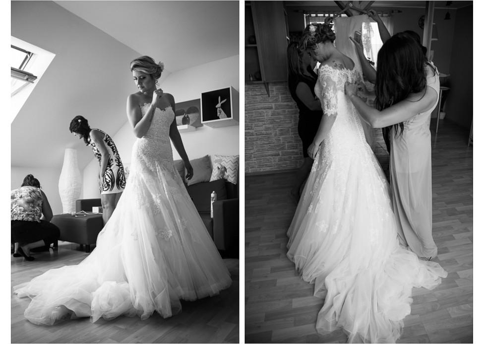 Družička zapíná nevěstě svatební šaty