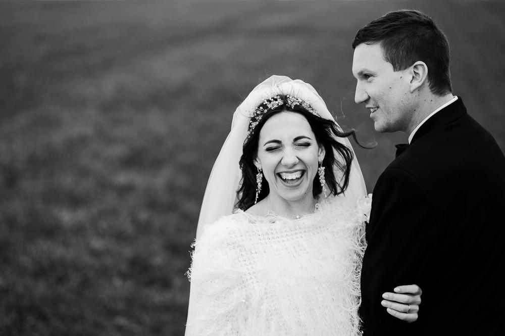 Nevěsta se směje při svatebním focení.