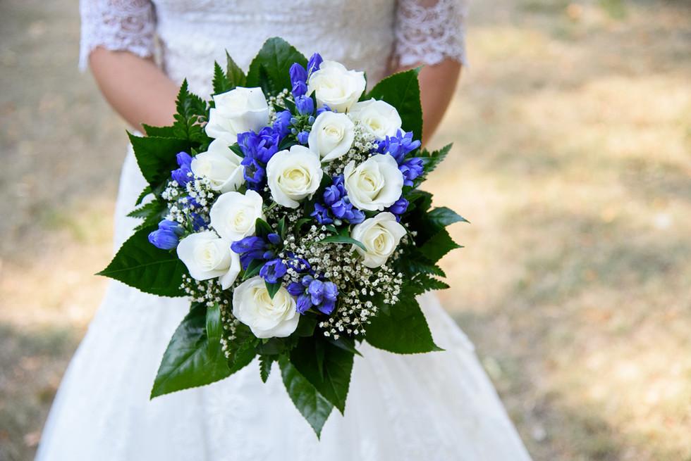 Modrobílá svatební kytice z bílých růží