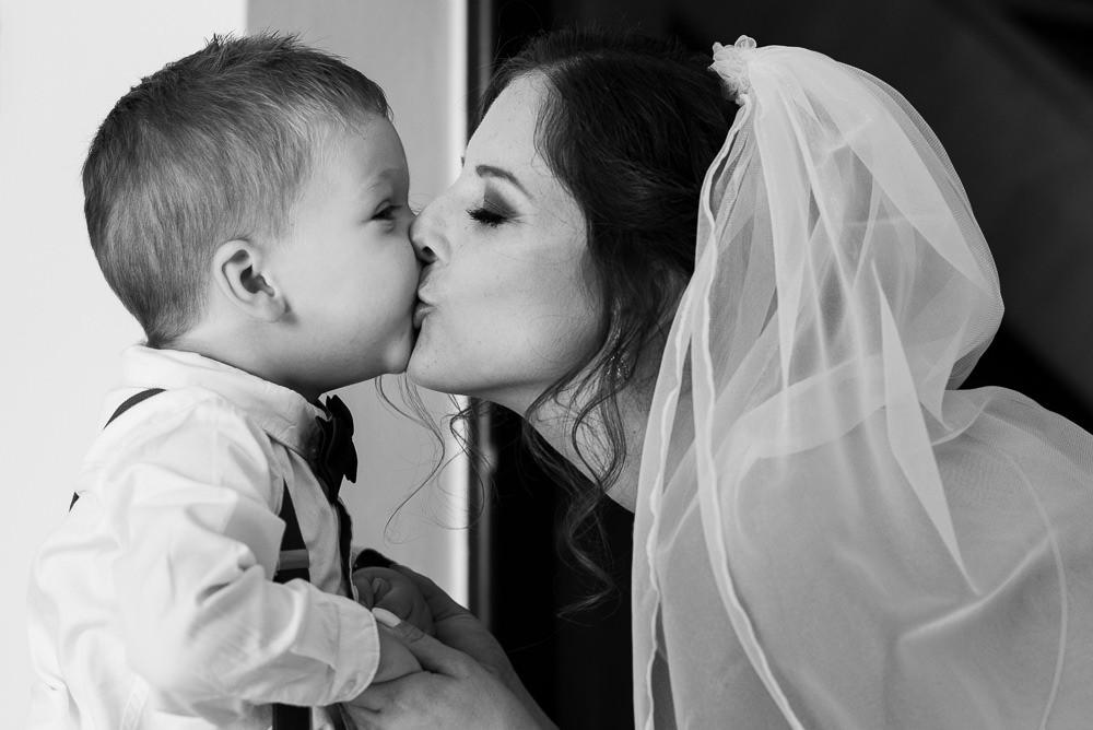 Máma nevěsta dává pusu svému synovi.
