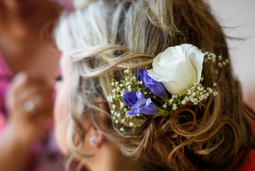 Růže ve vlasech nevěsty