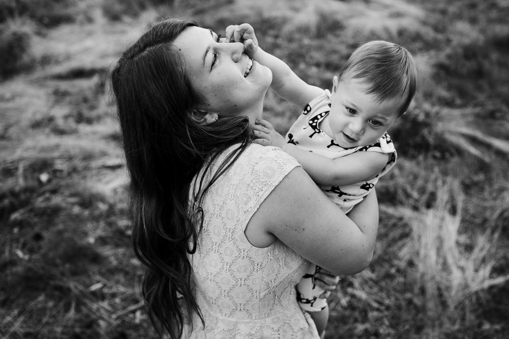 Momentka mezi mámou a synem při focení v lese.