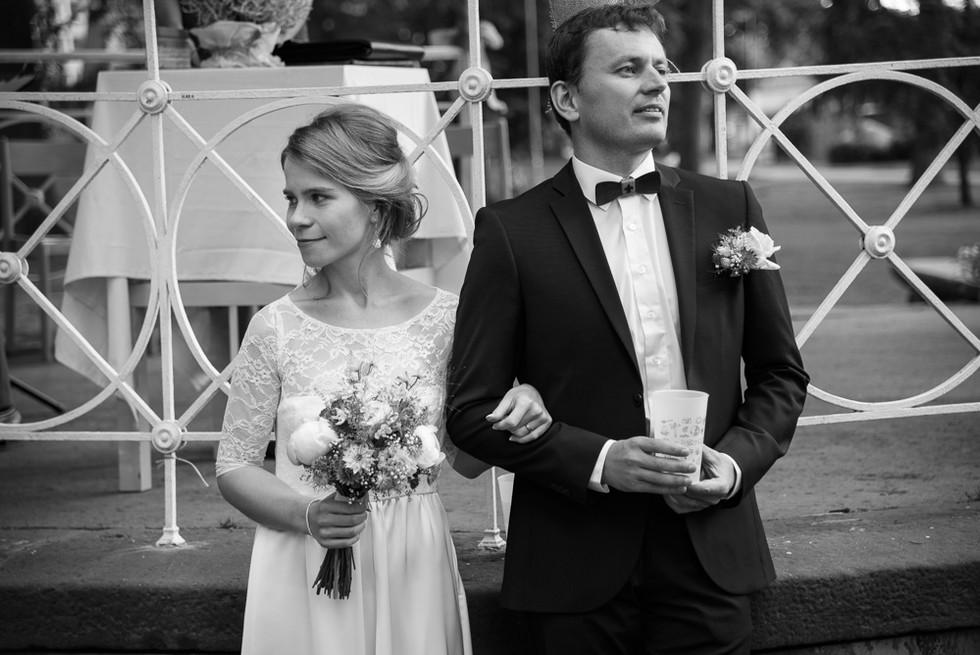 Novomanželé po obřadu na skautské základně v Hostinné
