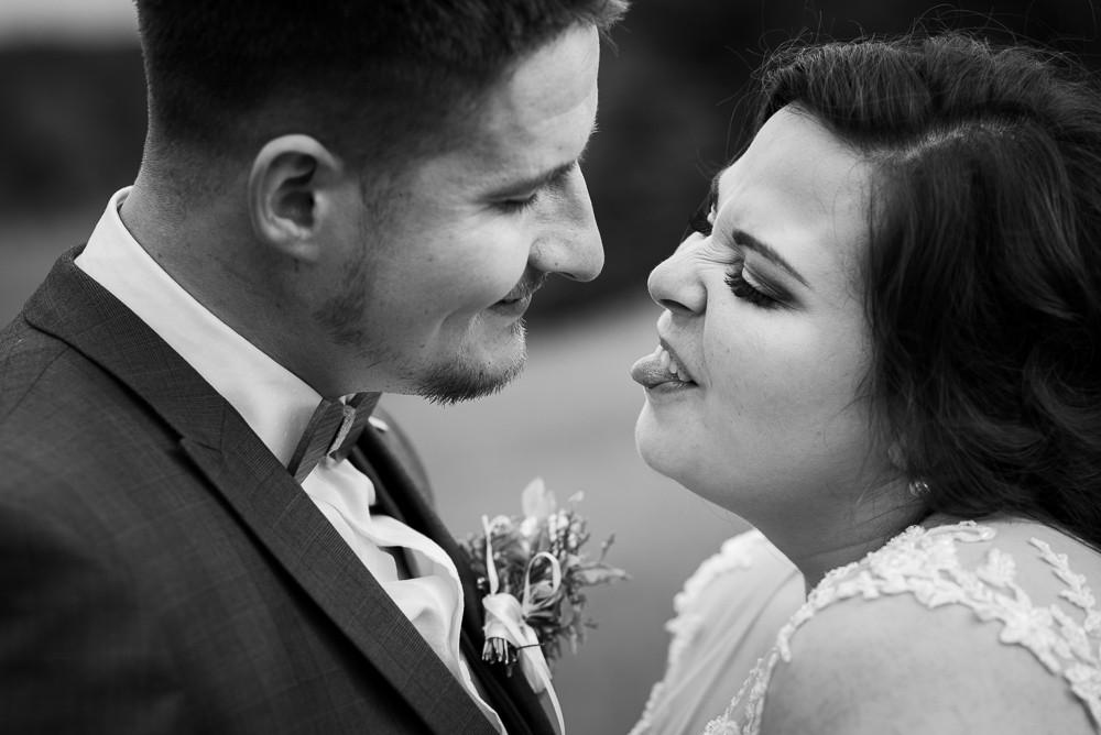Nevěsta vyplazuje jazyk na svého muže při exteriérním focení.
