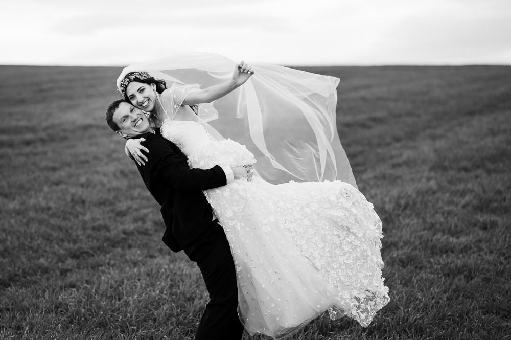 Šťastní novomanželé po obřadu při svatebním focení.