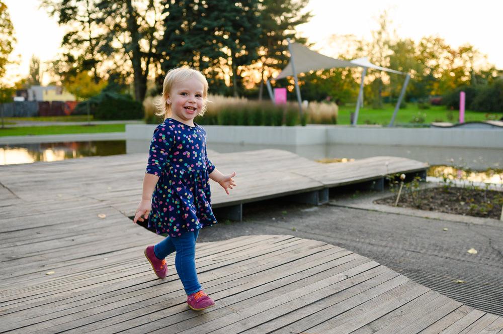 Portrét dítěte pobíhajícího po olomoucké botanické zahradě.