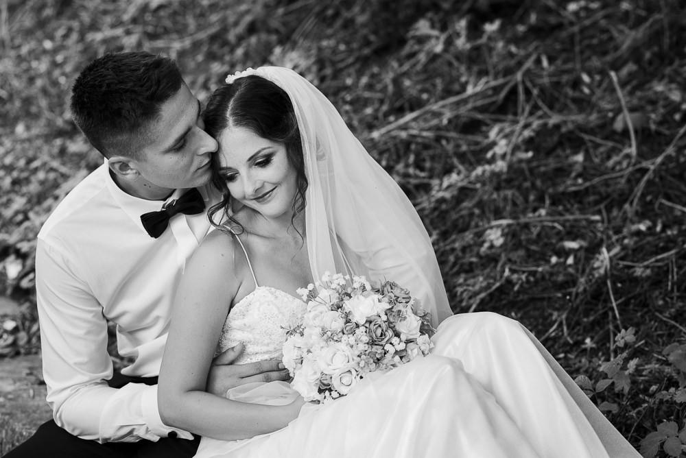Intimní portrét novomanželů při venkovním focení.