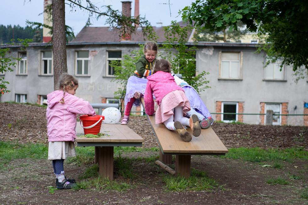 Děti si hrají na skautské základně v Hostinné