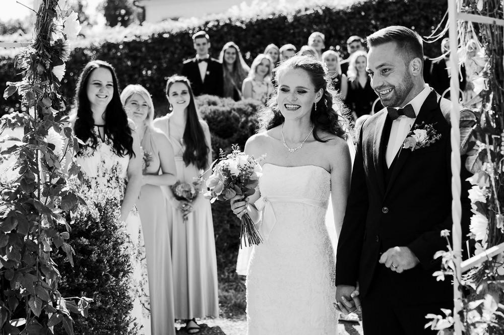 Radost novomanželů při obřadu.