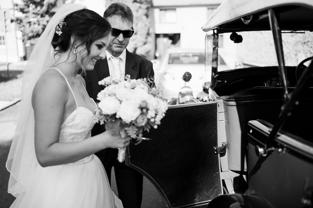 Nevěsta nastupuje do veterána společně s tatínkem.